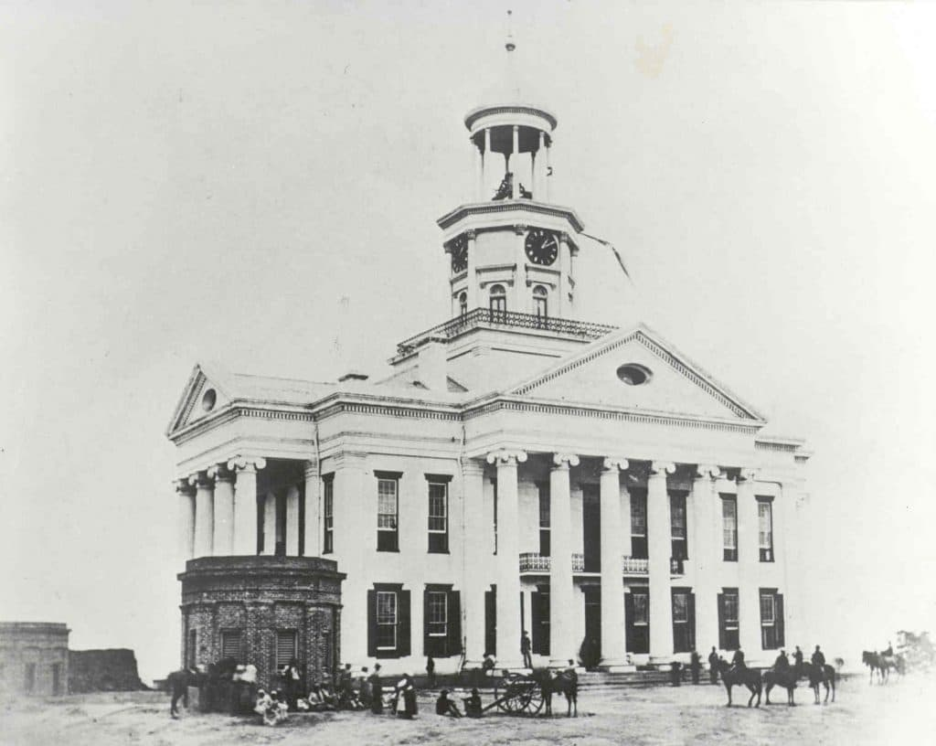 This image has an empty alt attribute; its file name is 4a184-union-soldiers-on-the-lawn-of-the-warren-county-courthouse-after-the-siege.jpg
